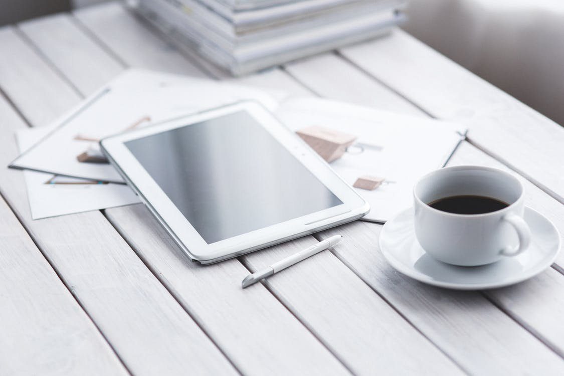 чашка кофе и планшет