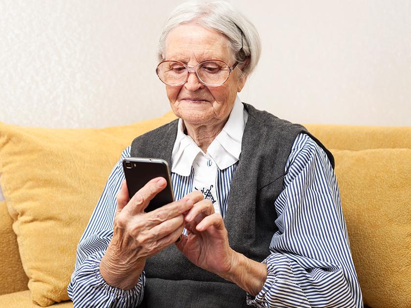 бабуля с телефоном