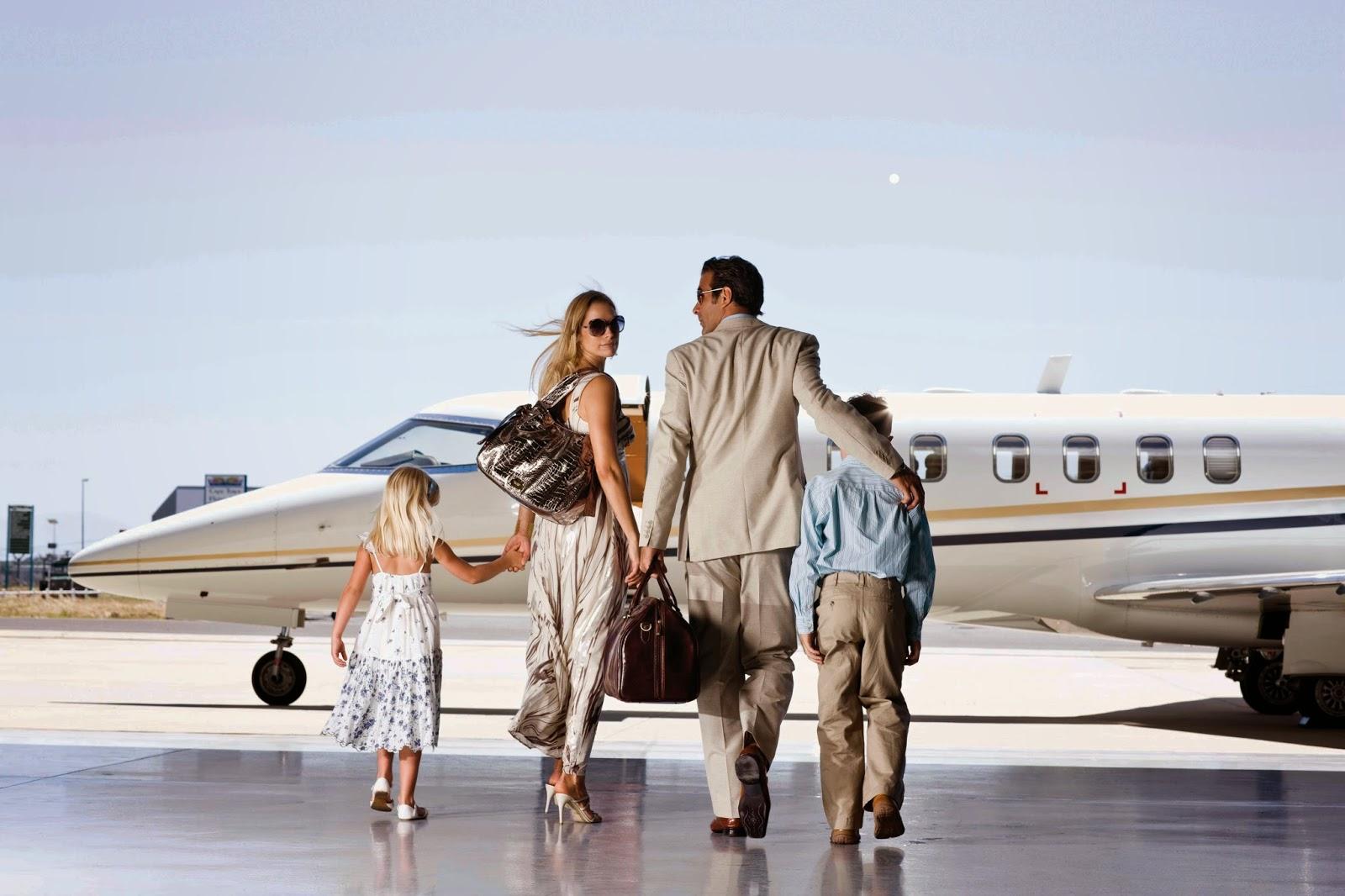 туристы у самолета
